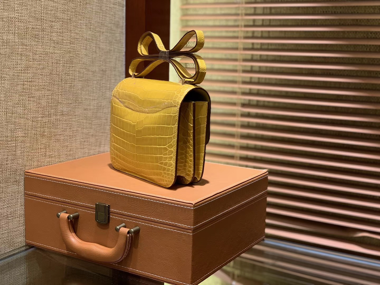 Hermès(爱马仕)Constance空姐包 琥珀黄 一级尼罗鳄鱼皮 顶级手缝工艺 18cm