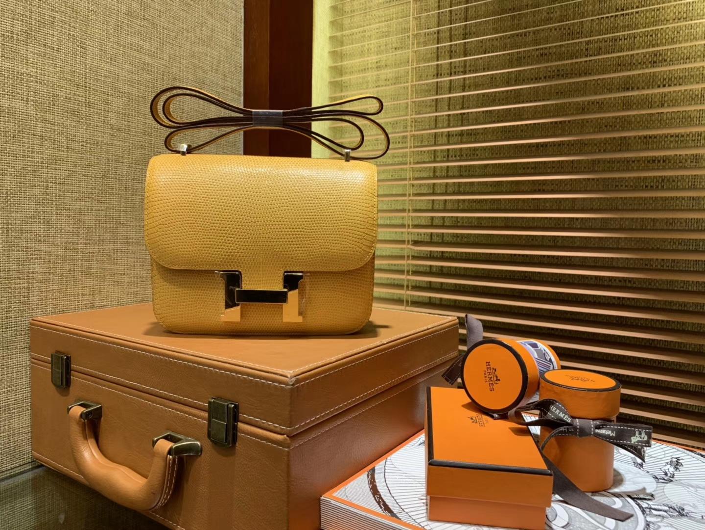 Hermès(爱马仕)Constance 18cm 琥珀黄 蜥蜴皮 顶级手缝工艺 金扣