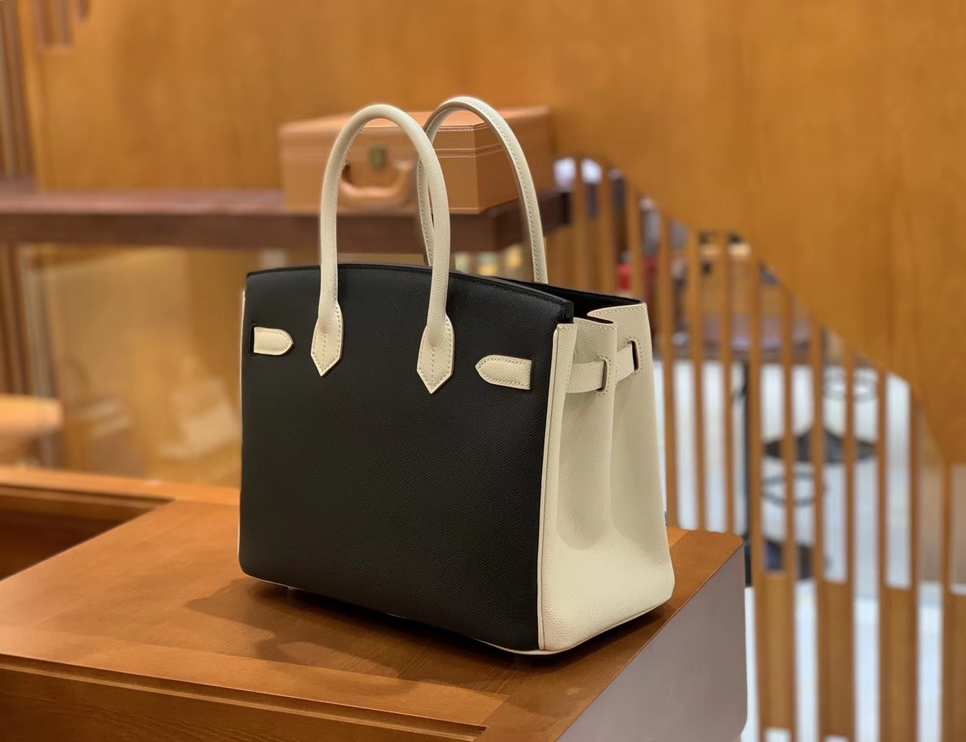 Hermès(爱马仕)Birkin 奶昔白拼经典黑 德国进口掌纹牛皮 全手工蜡线缝制 30cm
