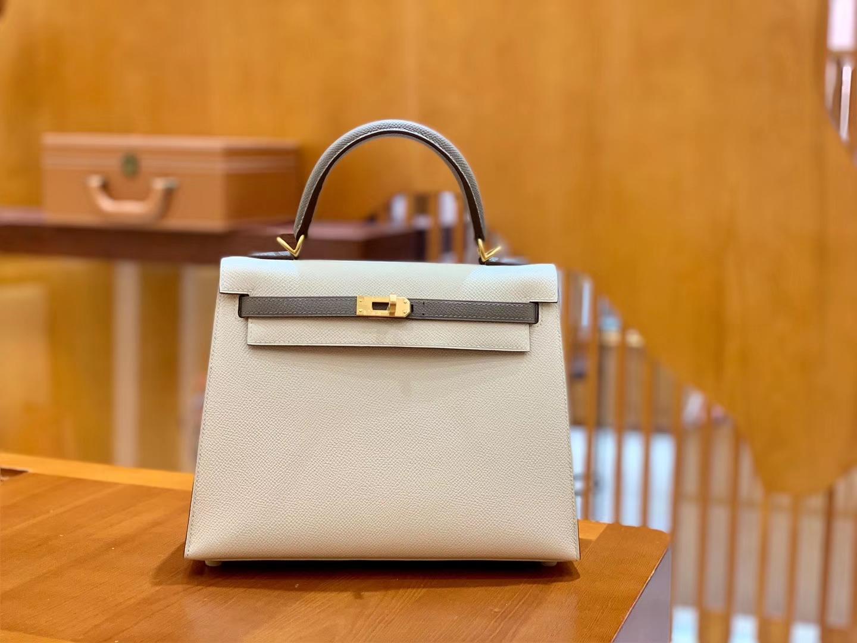 Hermès(爱马仕)Kelly 凯莉包 掌纹牛皮 奶昔白拼沥青灰 拉丝金扣 25cm