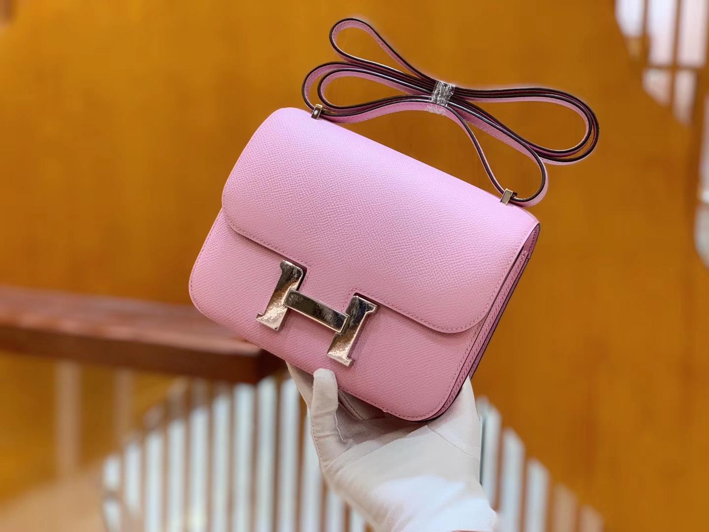 Hermès(爱马仕)Constance 空姐包 奶昔粉 掌纹牛皮 全手工缝制 银扣 18cm 现货