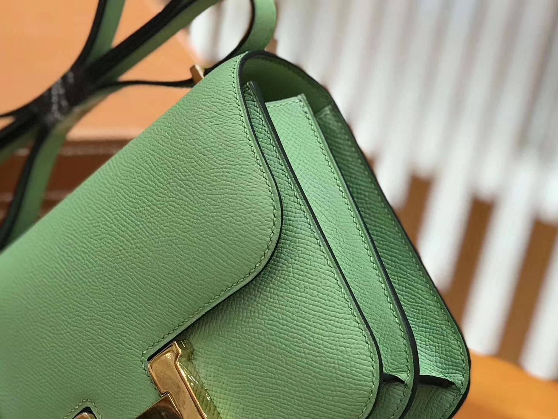 Hermès(爱马仕)Constance空姐包 掌纹牛皮 牛油果绿 金扣 18cm 蜡线 全手工缝制