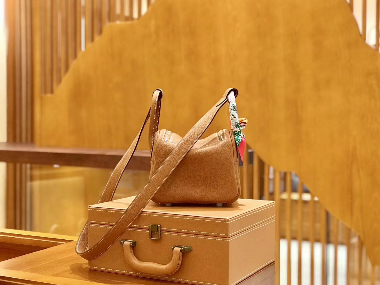 Hermès(爱马仕)Lindy 18cm 金棕色 银扣 小牛皮 全手工缝制